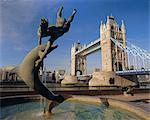 Sculpture de Dauphin et de Tower Bridge, Londres, Angleterre, RU