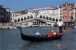 Gondole sur le Grand Canal, près du pont du Rialto, Venise, Vénétie, Italie, Europe