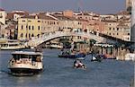 Vaporetto (bateau-bus) sur le Grand Canal, près de la gare, avec le pont degli Scalzi, construit en 1934, Venise, Vénétie, Italie, Europe