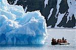 Bateau Zodiac de tour de briseur de glace, Krossfjorden icebergs, Spitzberg, Svalbard, Arctique, Norway, Scandinavia, Europe