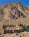 St. Catherines Monastery sous une colline rocheuse, patrimoine mondial de l'UNESCO, Sinaï, Égypte, Afrique du Nord, Afrique