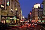 Pistes de circulation et panneaux de théâtre dans la nuit près de Piccadilly Circus, Londres, Royaume-Uni, Europe