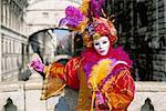 Portrait d'une personne vêtue de masque et costume posant devant le pont des soupirs, le carnaval de Venise, Venise, Vénétie, Italie, Europe