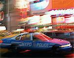 Voiture de police NYPD excès de vitesse par le biais de Times Square, New York City, New York, États-Unis d'Amérique, Amérique du Nord