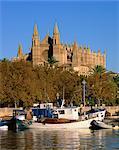 Bateaux sur le bord de l'eau au-dessous de la cathédrale de Palma, sur Majorque, îles Baléares, Espagne, Méditerranée, Europe