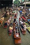 Bateaux de touristes sur le klong au marché flottant à Nakhon Pratom en Thaïlande, Asie du sud-est, Asie