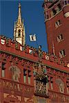 La tour horloge, peintures murales et bell sur l'hôtel de ville de Bâle, Suisse, Europe