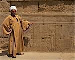 Tempel-Führer mit ein Detail der Relief schnitzen einschließlich Hieroglyphen, Kom Ombo, Ägypten, Nordafrika, Afrika