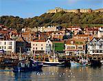 Resort Scarborough, port et bord de mer avec château sur la colline, Yorkshire, Angleterre