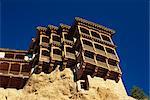Le casas colgadas ou pendaison maisons avec des balcons en bois à Cuenca en Castilla La Mancha, Espagne, Europe