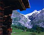 Bort Schreckhorn und den oberen Grindelwaldgletscher umrahmt von Hütte, Grindelwald, Berner Oberland, Schweizer Alpen, Schweiz, Europa