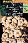 Ail à vendre sur le marché en Cours Saleya, Nice, Alpes Maritimes, Cote d'Azur, Provence, France, Europe