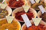 Épices à vendre sur le marché dans la Rue Sainte Claire, Annecy, Haute-Savoie, Rhône-Alpes, France, Europe