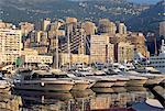 Moteurs cruisers à ancre et les tours des bâtiments au-dessus du port, La Condamine, Monaco, Méditerranée, Europe