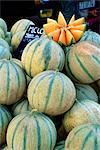 Melons en vente sur le marché dans la Rue Sainte Claire, Annecy, Haute-Savoie, Rhône-Alpes, France, Europe