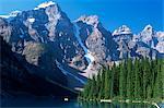Vue sur les sommets de Wenkchemna depuis la rive du lac Moraine, Parc National Banff, patrimoine mondial de l'UNESCO, Alberta, Canada, Amérique du Nord