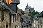 Découvre le long de la rue du village à l'église, avec des drapeaux colorés, Turenne, Corrèze, Limousin, France, Europe