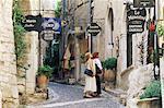 Lèche-vitrines dans village médiéval rue, Saint Paul de Vence, Alpes-Maritimes, Provence, France, Europe