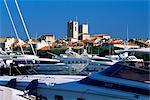 Vieille ville au-delà d'yachts dans la marina de Port Vauban, Antibes, Alpes-Maritimes, Côte d'Azur, French Riviera, Provence, France, Europe