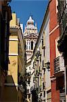 Vue le long de la rue étroite à richement décoré église, quartier de Santa Cruz, Séville, Andalousie (Andalousie), Espagne, Europe