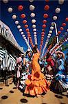 Filles danser un sevillana sous lanternes colorées, Feria de Abril (April Fair), Séville, Andalousie (Andalousie), Espagne, Europe