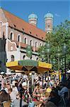 Scène de rue avec le café de la chaussée et l'église dans la zone piétonne sur la Neuhauser Strasse, à Munich, Bavière, Allemagne, Europe