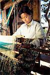 Intha Mädchen Weben Longyis, Inle-See, Shan State, Myanmar (Birma), Asien