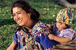 Mère et bébé de Chimaltenango, Antigua, au Guatemala, l'Amérique centrale
