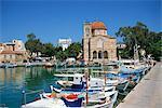 Bateaux de pêche amarrés dans le port et au dôme de l'église, ville d'Égine, Aegina, îles Saroniques, îles grecques, Grèce, Europe