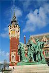 Monument pour les bourgeois de Calais de Rodin et l'hôtel de Ville de Calais, Nord Pas de Calais, France, Europe