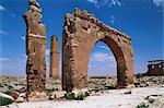Tour et l'arc sur le site du Temple de Sin (Dieu de la lune), Harran, Anatolie, Turquie, Asie mineure, Eurasie