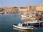 Bateaux de pêche amarrés et les fortifications de harbourside dans la vieille ville, la ville de Rhodes, Rhodes, îles du Dodécanèse, îles grecques, Grèce, Europe