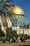 Un groupe de sit hommes arabes sur l'herbe sur le Mont du Temple, avec l'or dôme de la roche dans le fond, dans la vieille ville de Jérusalem, Israël, Moyen-Orient