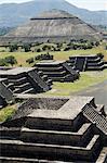 Découvre de la pyramide de la lune de l'Avenue des morts et la pyramide du soleil en arrière-plan, Teotihuacan, 150AD à 600AD et plus tard utilisé par les Aztèques, patrimoine mondial UNESCO, au nord de Mexico, au Mexique, en Amérique du Nord