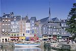 Vieux port, Sainte-Catherine Quay et clocher de l'église Sainte-Catherine derrière, Honfleur, Basse Normandie (Normandie), France, Europe