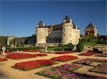 Extérieur du Chateau Rochecourbon et parterres de fleurs colorées dans les jardins à la française, près de Saintes, Loire, Bretagne, Europe
