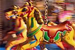 """""""""""Bewegungsunschärfe"""""""" bunt bemalte merry go Runde Pferde (Karussell) mit Geschwindigkeit, Skegness, Lincolnshire, England, Vereinigtes Königreich, Europa"""