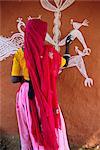 Femme décorer sa maison avec des dessins traditionnels des, région de Tonk, Rajasthan, Inde, Asie