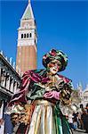 Personne portant masque costume de carnaval, place Saint-Marc et le Campanile derrière, carnaval de Venise, Venise, Vénétie, Italie
