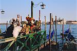 Personnes portant masqué carnaval costumes, San Giorgio, dans le fond, carnaval de Venise, Venise, Vénétie, Italie