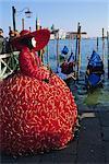 Personne portant masque costume de carnaval, San Giorgio, dans le fond, carnaval de Venise, Venise, Vénétie, Italie