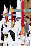 Pénitents portant traverse en procession pendant la semaine sainte, Salamanque, Castille León, Espagne, Europe
