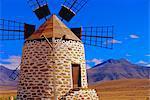 Vieux moulin à vent avec les volcans en arrière-plan près de Tefia, Fuerteventura, îles Canaries, Espagne