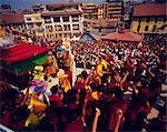 Fête bouddhiste du Losar (tibétains nouvel an) où Buddists jettent des fleurs dans l'air, Bodnath, Katmandou, Népal, Asie