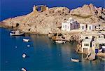 Îles de vue aérienne de Firopotamus pêche village et la baie, Milos, Cyclades, Grèce, Europe, Méditerranée
