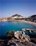 Lindos Bay et la ville de Lindos sur l'île de fond, Lindos, Rhodes, îles du Dodécanèse, mer Égée, en Grèce, Europe