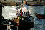 Les gens sur un ferry local de bateaux Dubai Creek, Dubaï, Émirats Arabes Unis