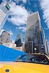 Taxi taxi jaune passant blue board, New York City, New York, États-Unis d'Amérique, Amérique du Nord