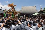Mikoshi sanctuaire portatif de la parade des dieux et des foules de gens, Sanja Matsuri Festival, Temple Sensoji Asakusa Jinja, Asakusa, Tokyo, Japon, Asie