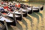 Une ligne de gondoles, Venise, Vénétie, Italie, Europe